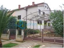 Dom v Meduline